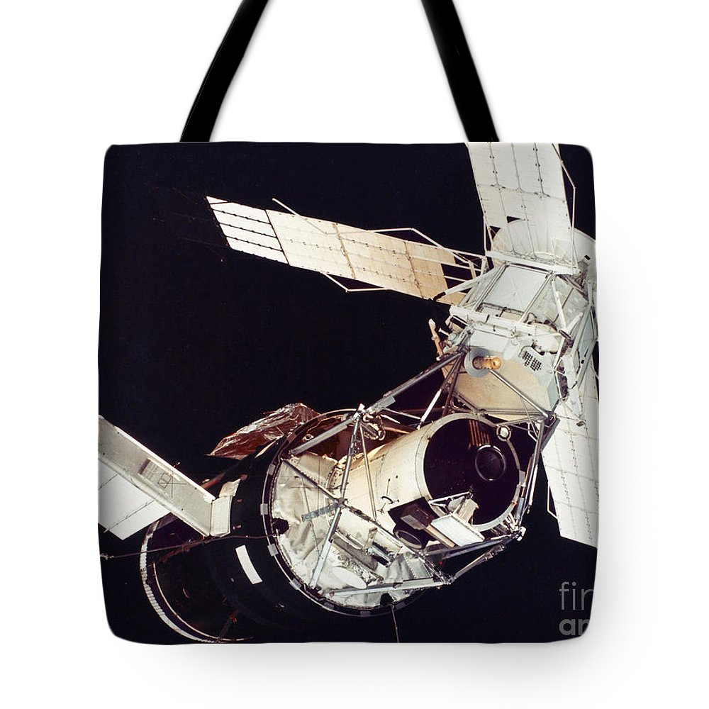 1973 Tote Bag featuring the photograph Space: Skylab 3, 1973 by Granger