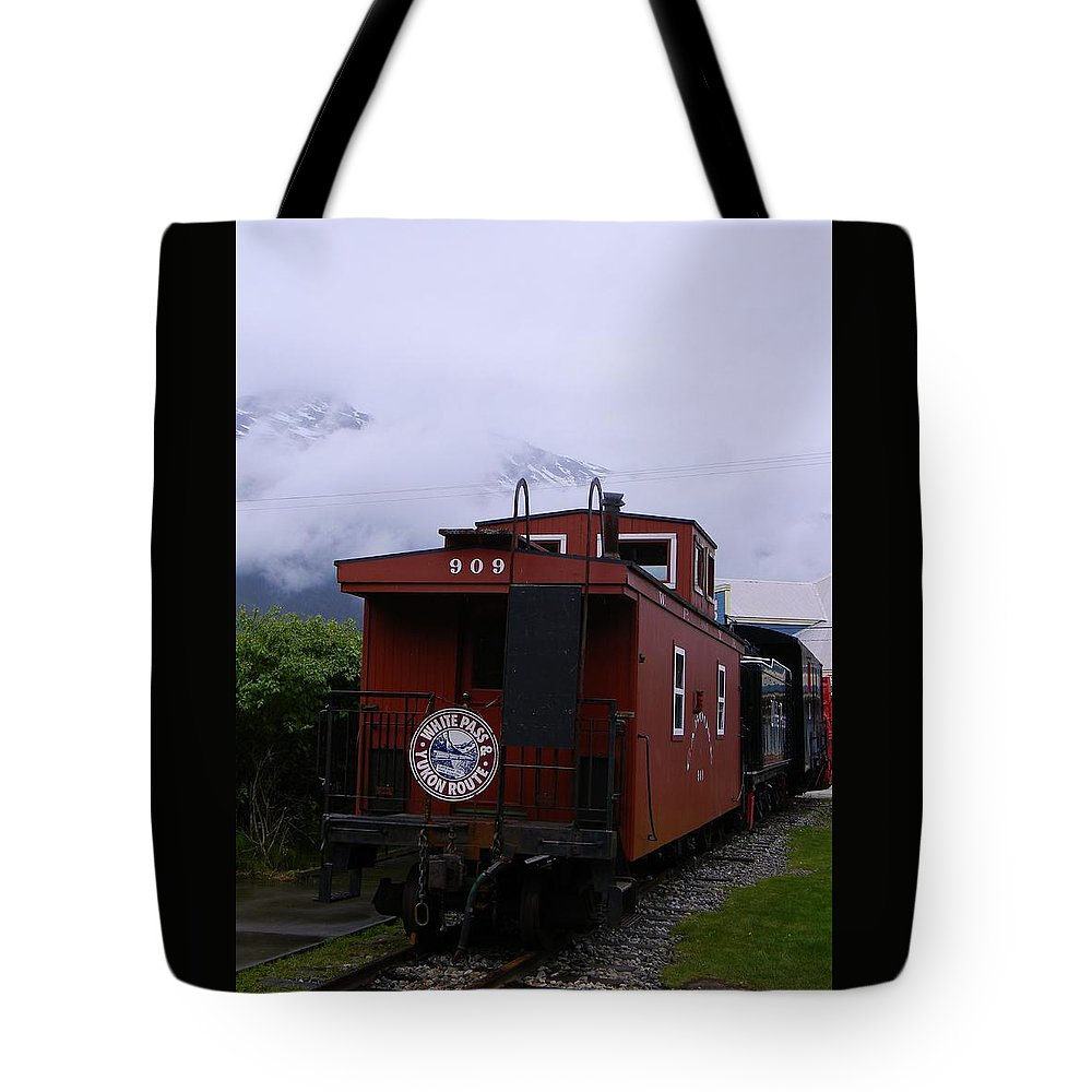 White Pass Engine Tote Bag featuring the photograph The 909 Caboose by Warren Thompson