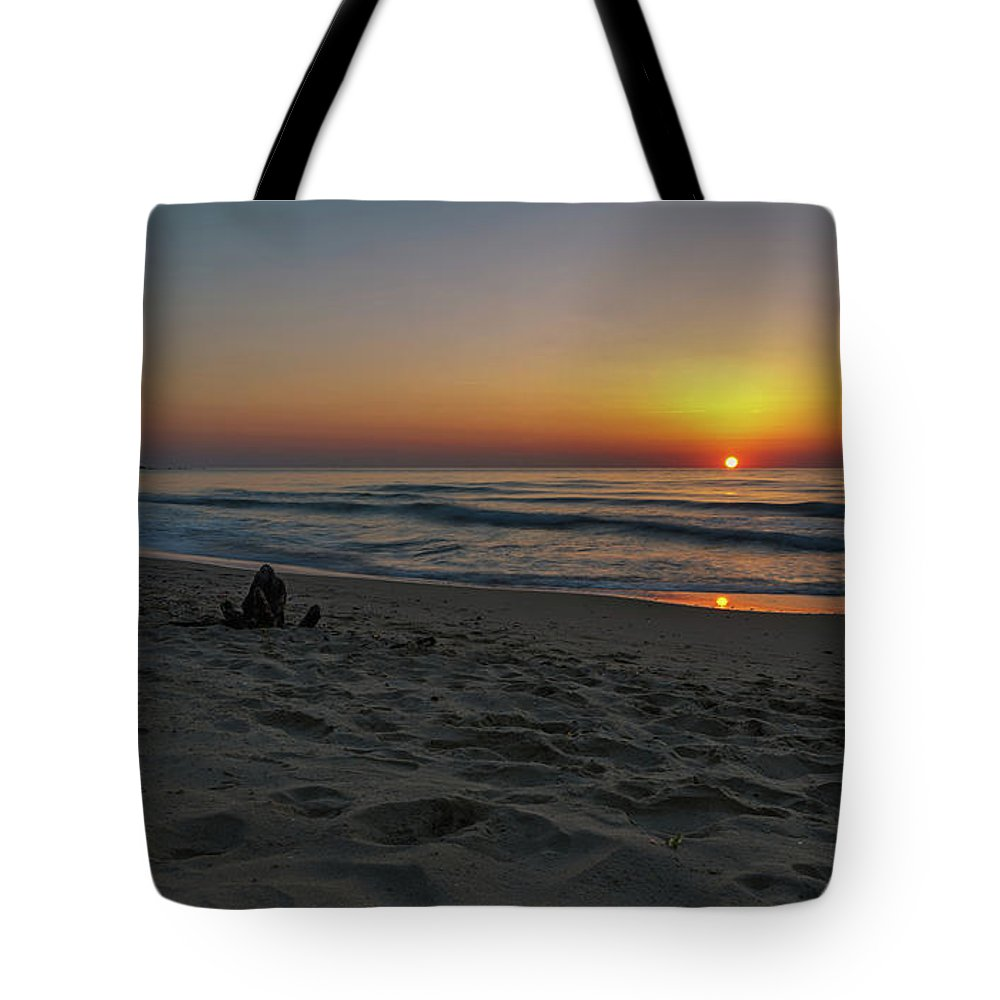 пейзаж Tote Bag featuring the photograph The Rise by Tihomir Dimitrov