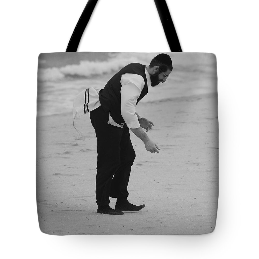 Black And White Tote Bag featuring the photograph The Search by Rob Hans