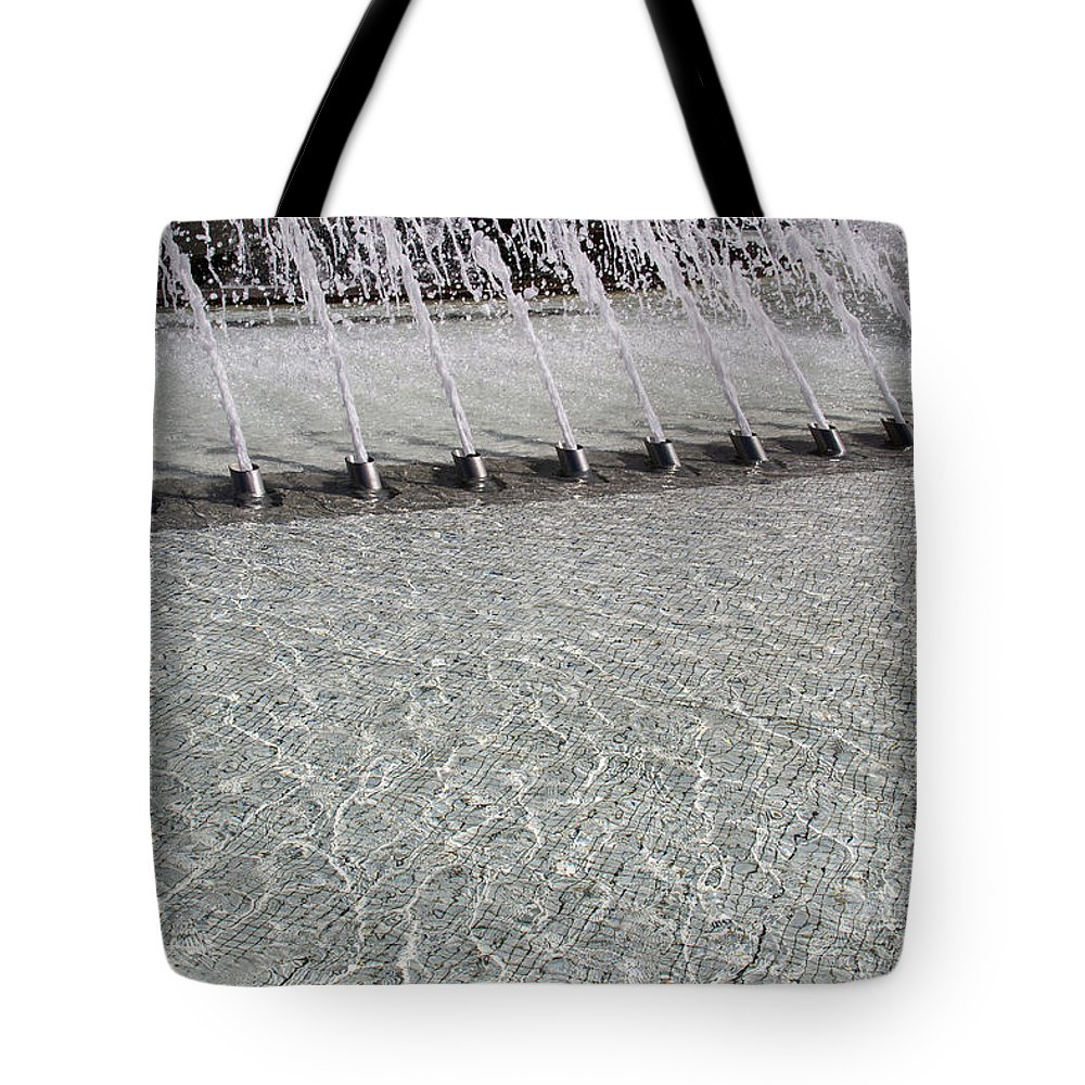 Arthur J. Will Memorial Tote Bag featuring the photograph Arthur J. Will Memorial Fountain At Grand Park by Roslyn Wilkins