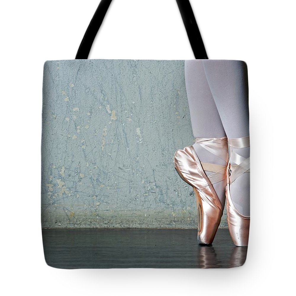 Ballet Dancer Tote Bag featuring the photograph Ballet Dancers Feet En Pointe by Dlewis33