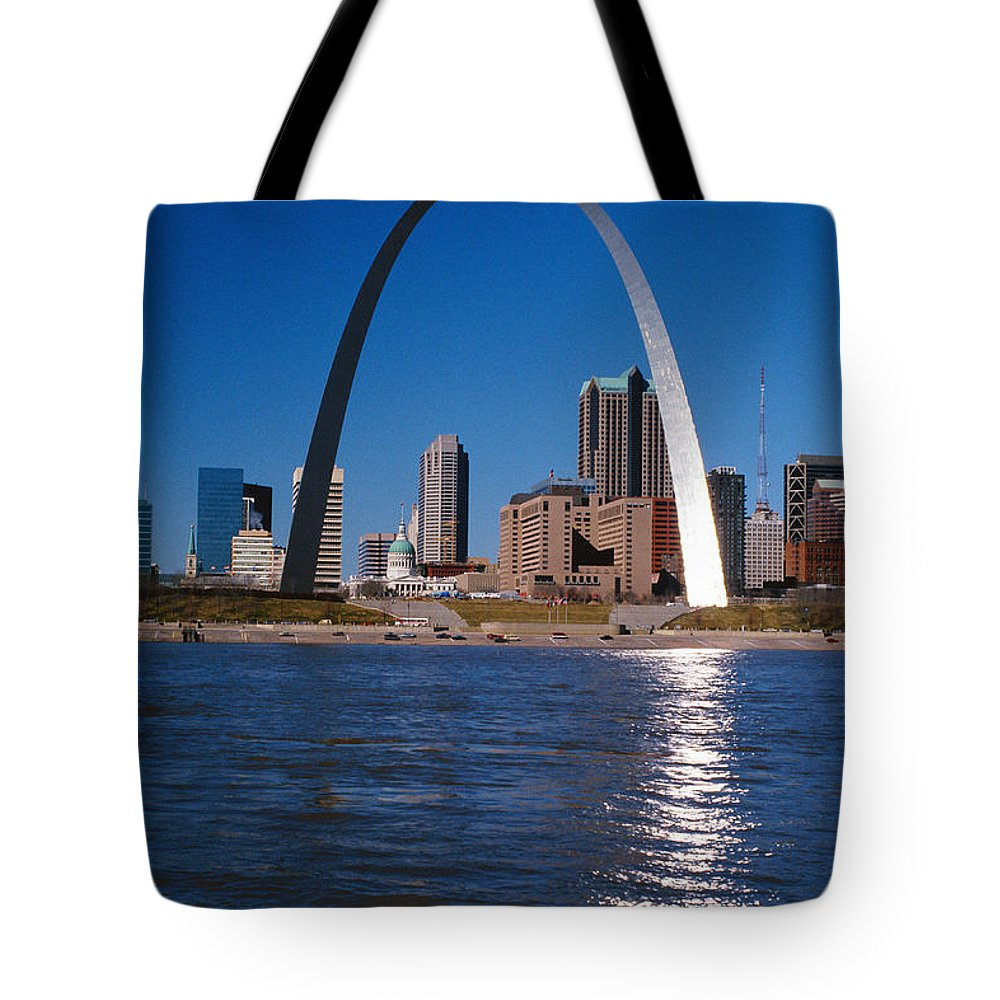 Arch Tote Bag featuring the photograph Gateway Arch In St Louis, Missouri by Stockbyte