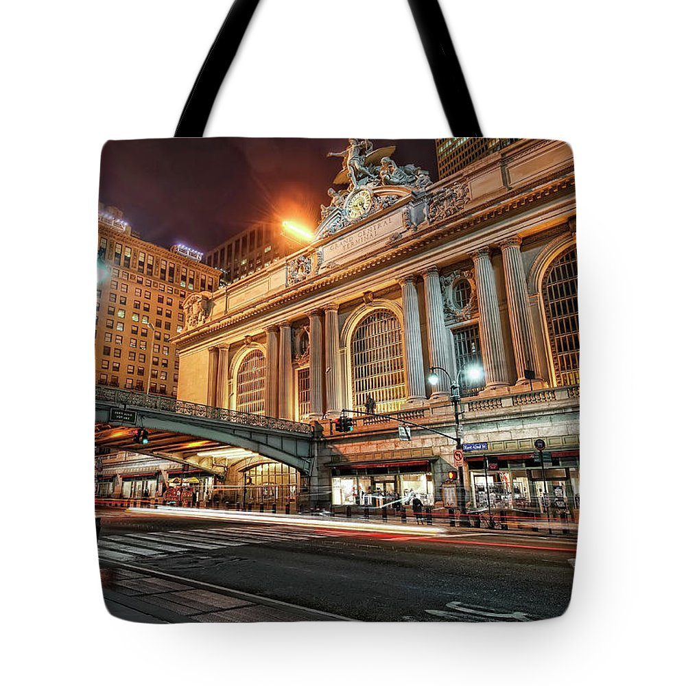 Statue Tote Bag featuring the photograph Grand Central Station by Daniel Chui