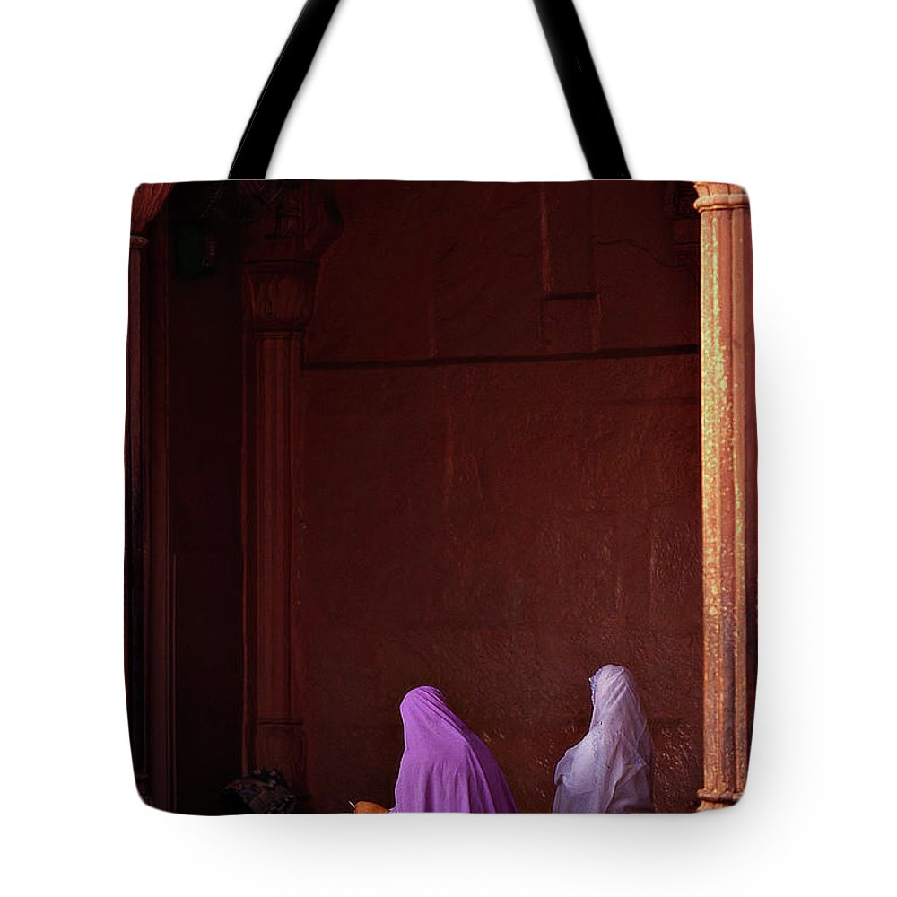 Hanging Tote Bag featuring the photograph India - Jama Masjid Mosque by Sergio Pessolano