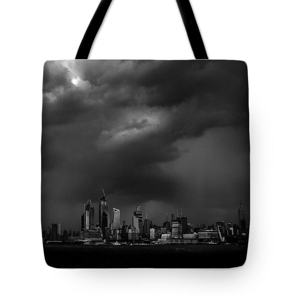 New York Tote Bag featuring the photograph New Icons by Luis Vasquez