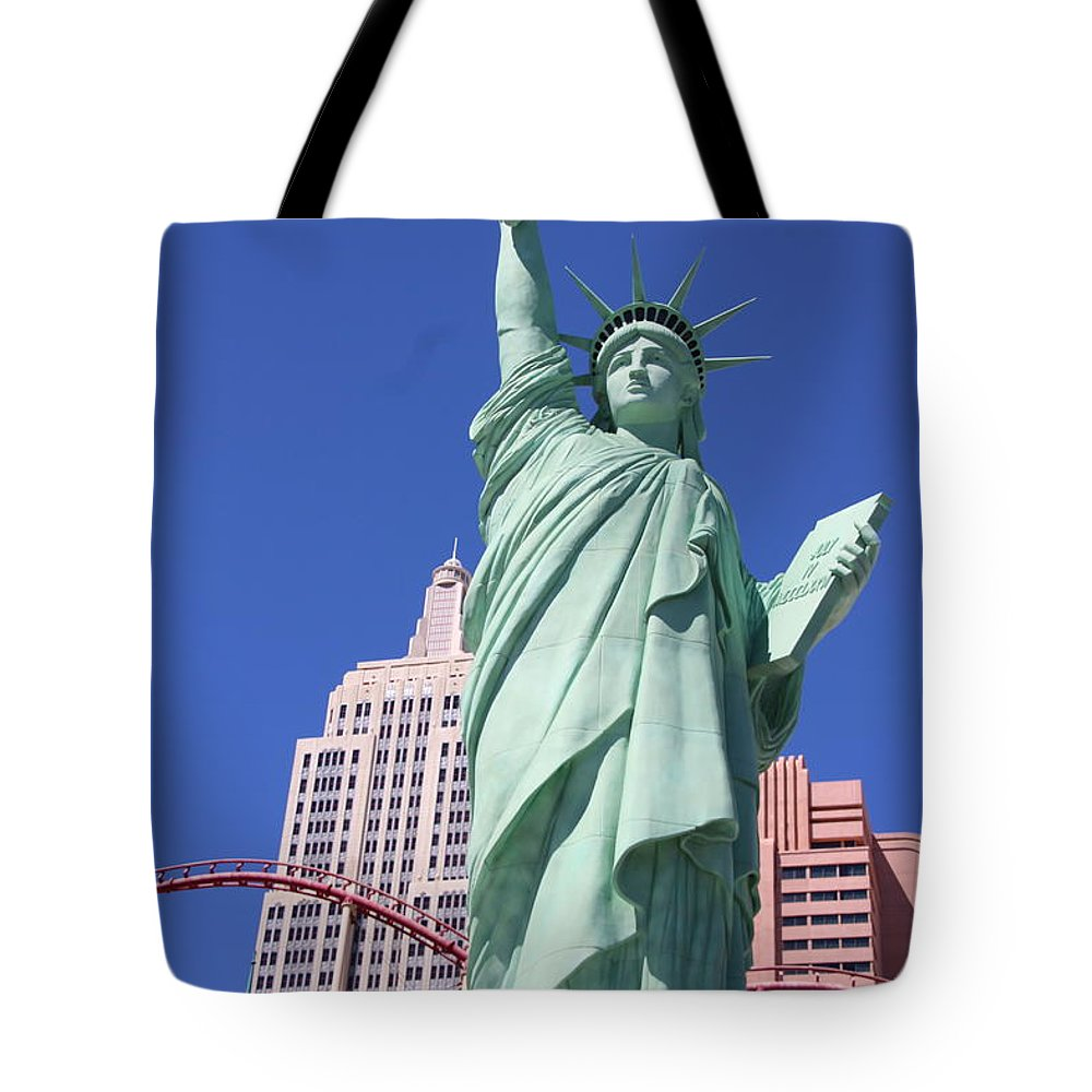 Las Vegas Tote Bag featuring the photograph Statue Of Liberty Replica In Las Vegas by Laura Smith