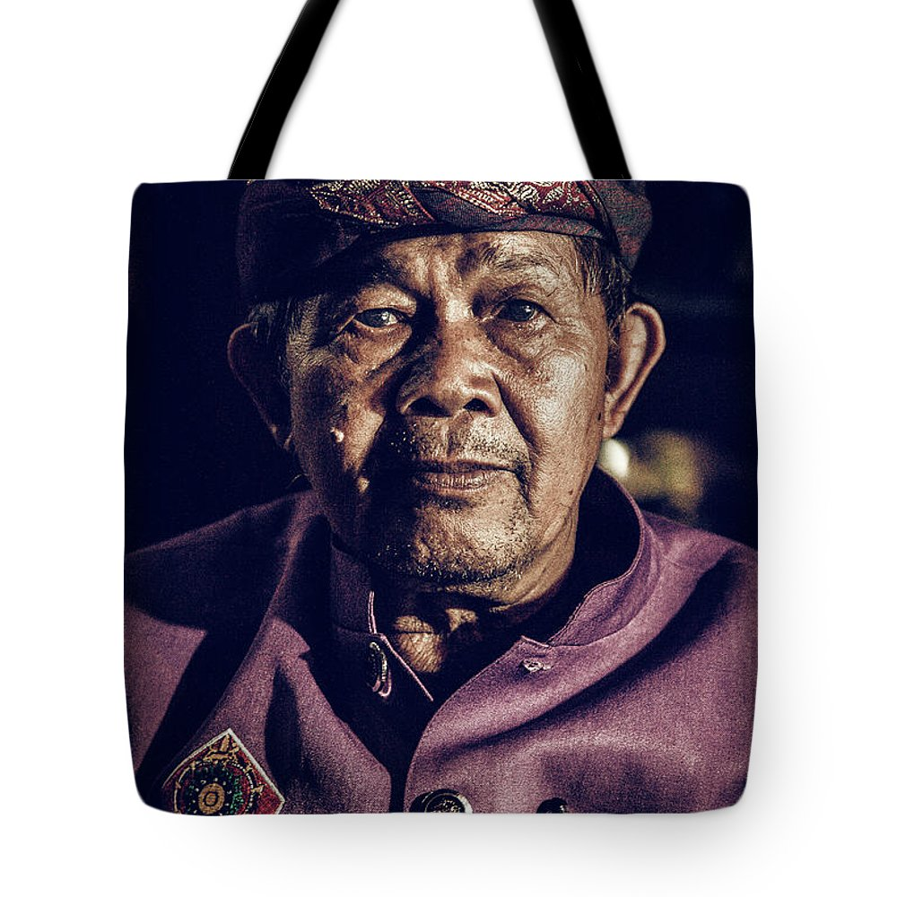 Kekak Tote Bag featuring the photograph The Guardian Of Dance by Felipe Queriquelli