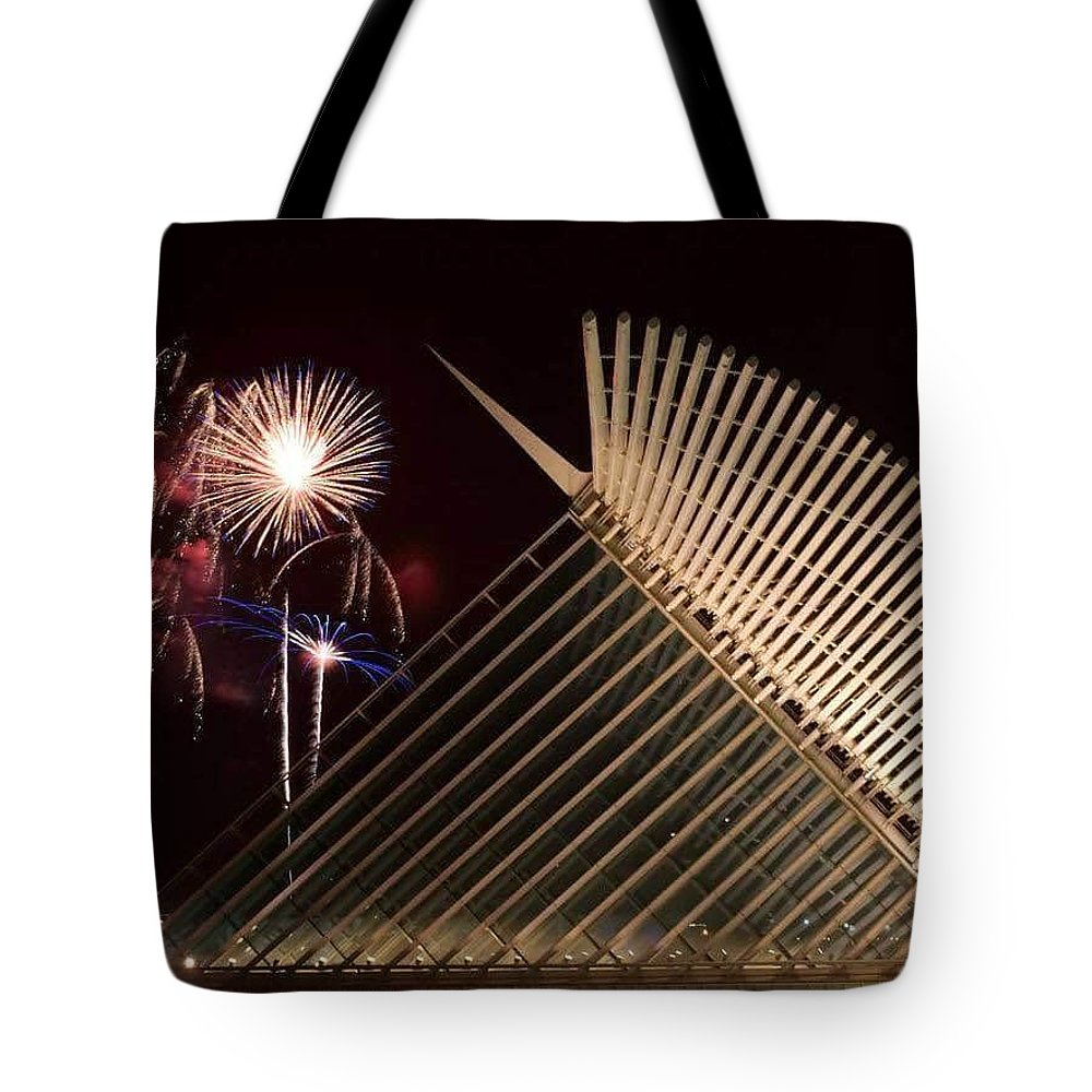 Landscape Tote Bag featuring the photograph Milwaukee Art Museum by Michael Stothard