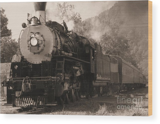 Trains Wood Print featuring the photograph Coming Around The Mountain by Richard Rizzo