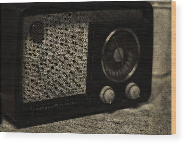 Vintage Ge Radio Wood Print featuring the photograph Vintage Ge Radio by Dan Sproul