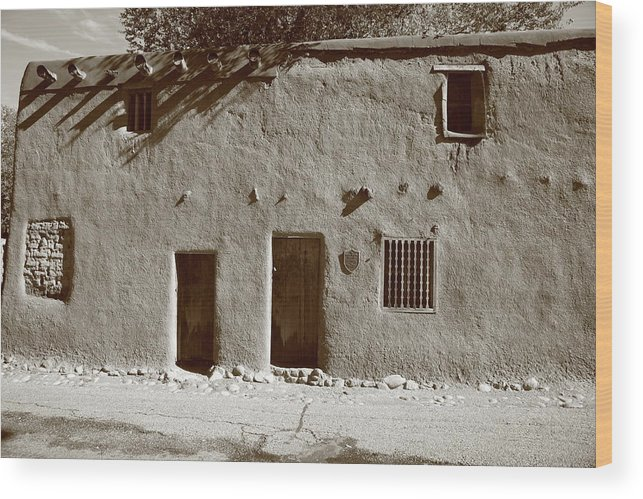 Adobe Wood Print featuring the photograph Santa Fe - Adobe Building by Frank Romeo