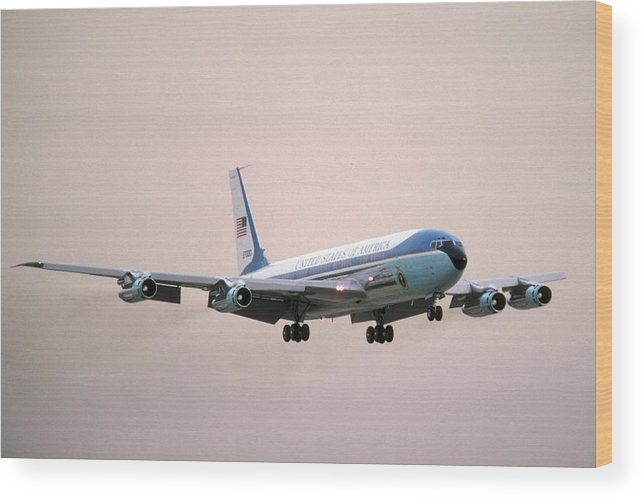 Airplane Wood Print featuring the photograph Air Force One Boeing Vc-137c 72-7000 by Brian Lockett
