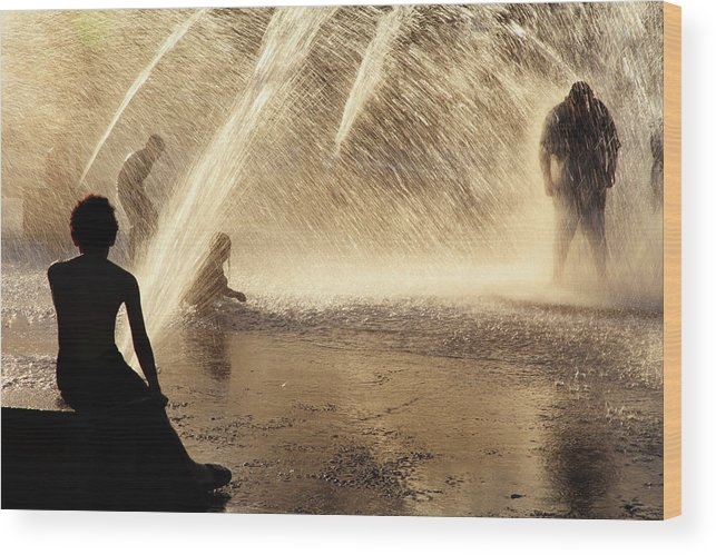People Wood Print featuring the photograph Playing In The Fountain by Zeb Andrews
