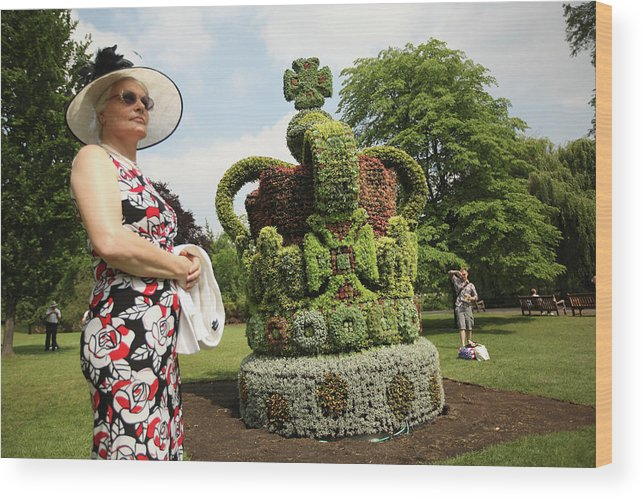 Crown Wood Print featuring the photograph Diamond Jubilee Floral Crown Installed by Oli Scarff