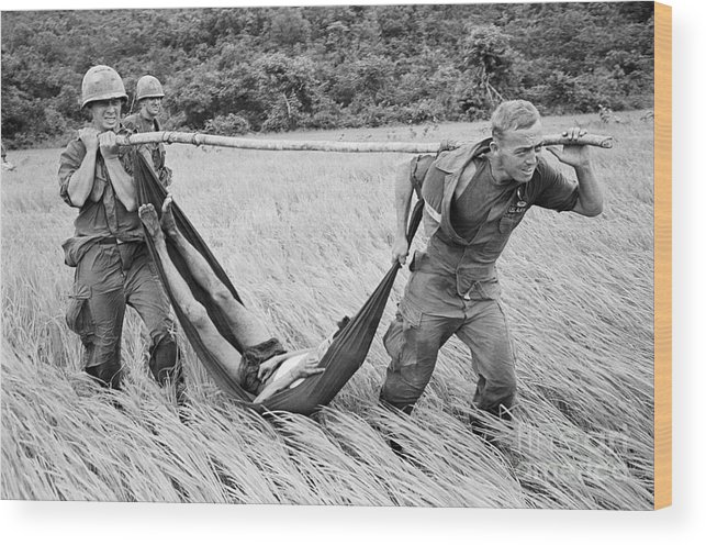 Vietnam War Wood Print featuring the photograph Paratroopers Rush Prisoner To Helicopter by Bettmann