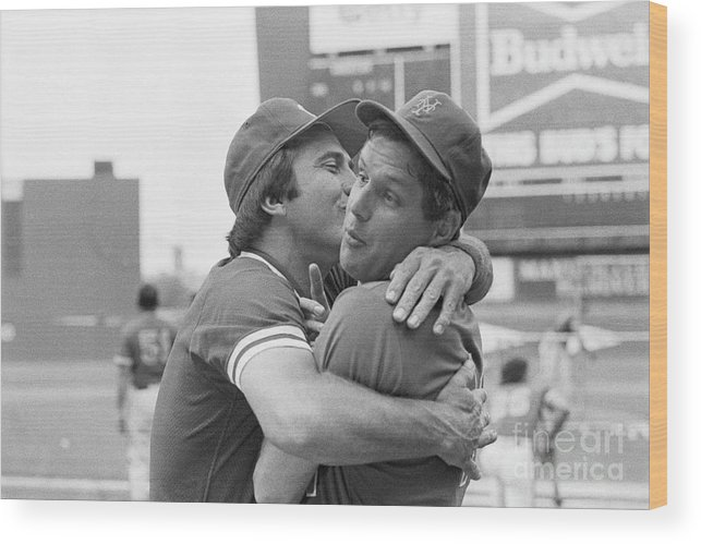 Tom Seaver Wood Print featuring the photograph Reds Johnny Bench Kissing Mets Tom by Bettmann