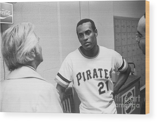 People Wood Print featuring the photograph Roberto Clemente by Morris Berman