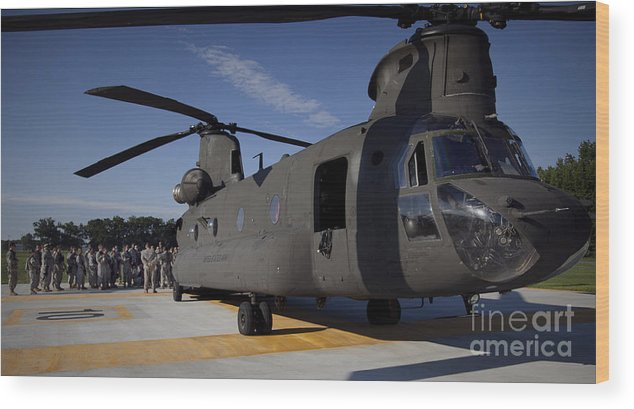 Fort Ap Hill Wood Print featuring the photograph Soldiers Being Briefed Behind A Ch-47 by Stocktrek Images