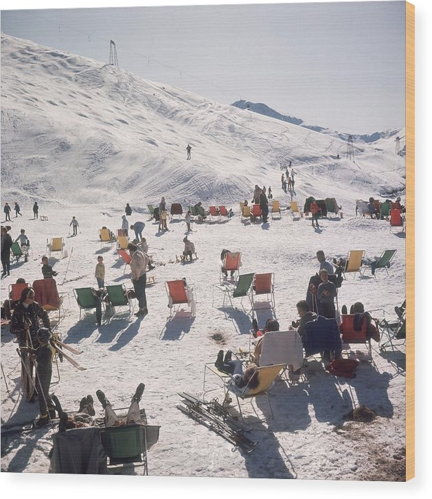 Skiing Wood Print featuring the photograph Skiers At Verbier by Slim Aarons
