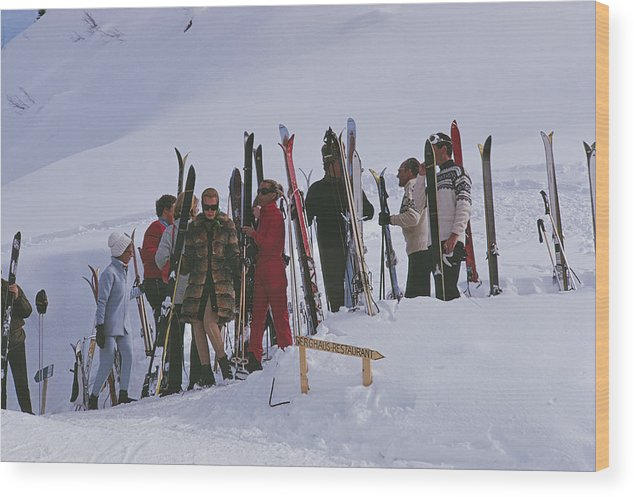 Gstaad Wood Print featuring the photograph Skiers At Gstaad by Slim Aarons