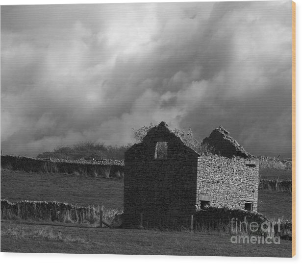 Barn Wood Print featuring the photograph Peak District Barn by Steev Stamford