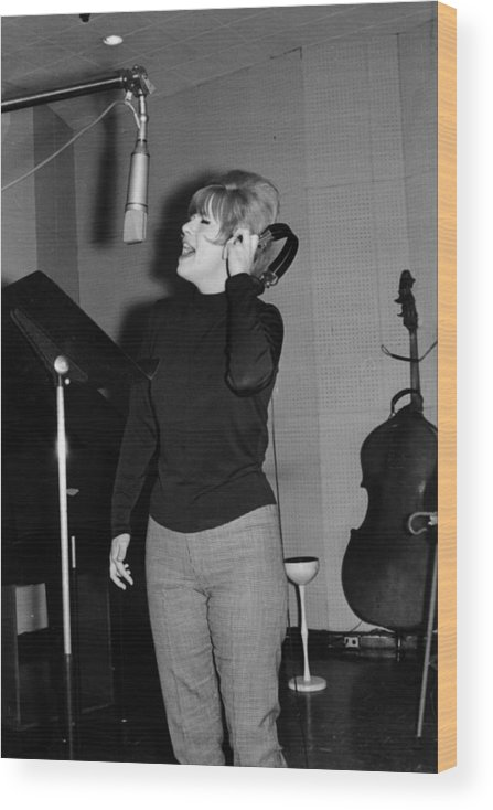 Producer Wood Print featuring the photograph Ellie Greenwich In The Studio by Michael Ochs Archives