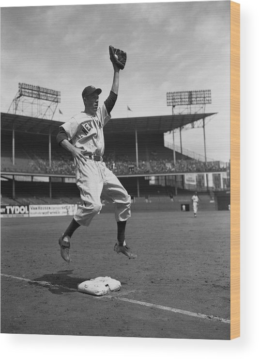 American League Baseball Wood Print featuring the photograph Gil Mcdougald by New York Daily News Archive