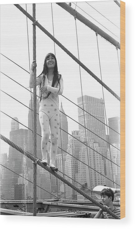 Artist Wood Print featuring the photograph Kusama On The Brooklyn Bridge by Fred W. McDarrah