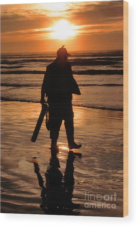 Pacific Wood Print featuring the painting Razor Clam Hunter by Larry Keahey