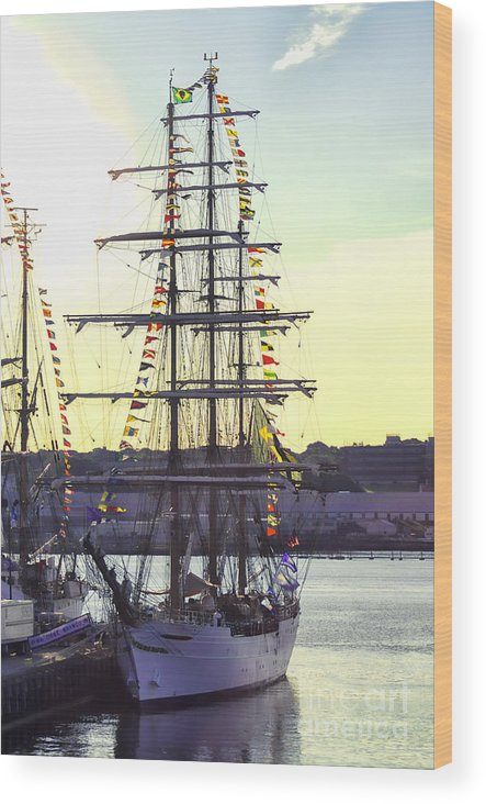 America Wood Print featuring the photograph Visiting New London by Joe Geraci