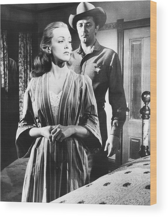 1950s Movies Wood Print featuring the photograph Man With A Gun, Jan Sterling Front by Everett