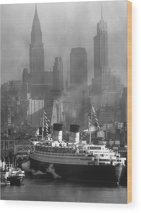 Timeincown Wood Print featuring the photograph Ocean Liner Queen Elizabeth Sailing In by Andreas Feininger