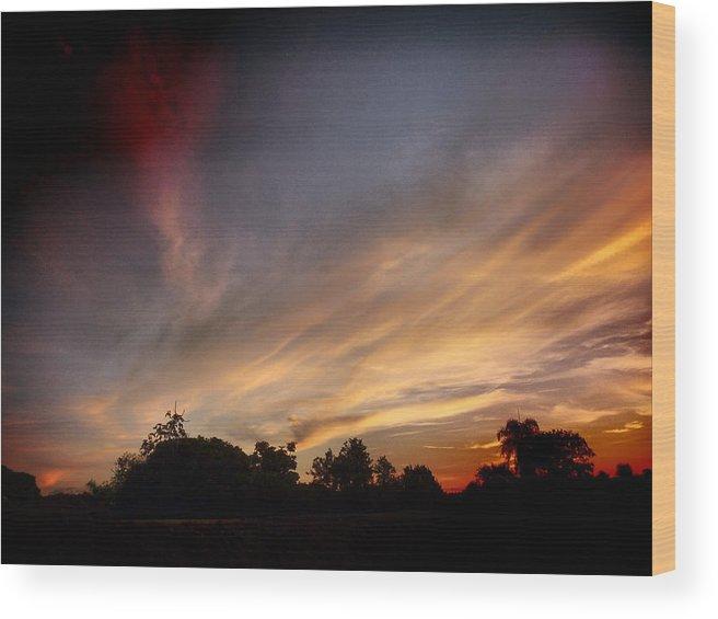 Sky Wood Print featuring the photograph Amanhecer by Beto Machado