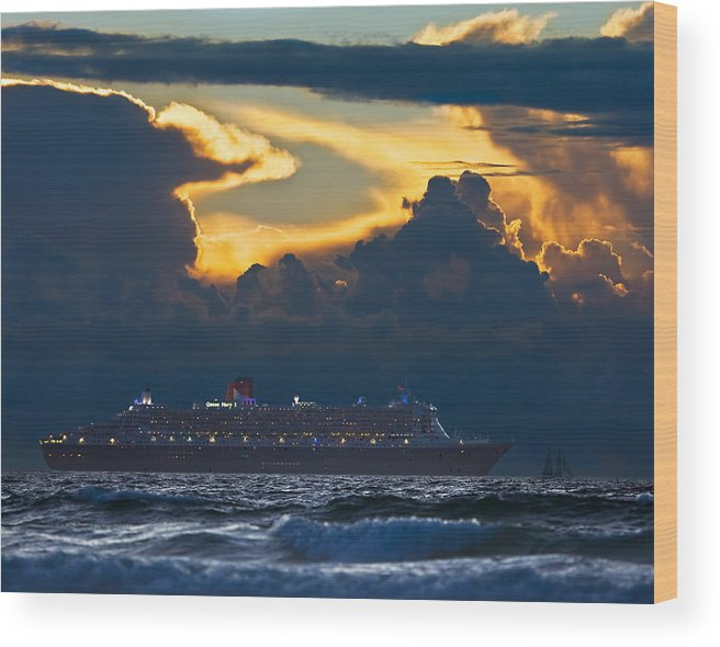 Queen Mary Wood Print featuring the photograph Qm 2 - Cape Town 2010 by Basie Van Zyl