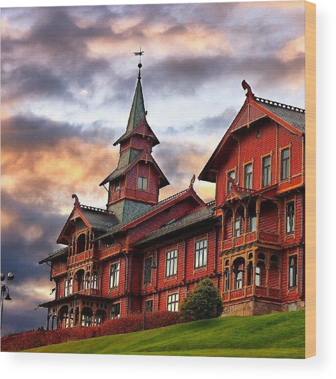 House Wood Print featuring the photograph Holmenkollen Hotell by Torbjorn Schei