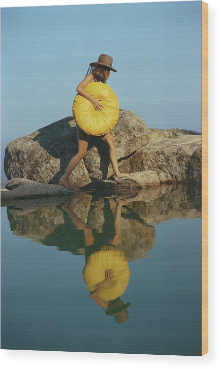 Costa Smeralda Wood Print featuring the photograph Finding A Spot by Slim Aarons