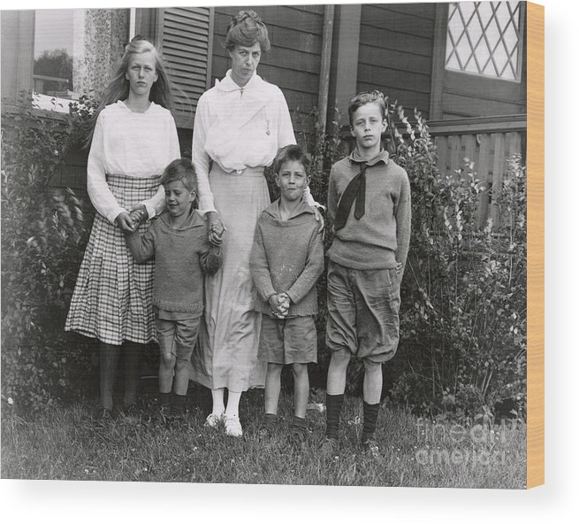 Nominee Wood Print featuring the photograph Eleanor Roosevelt With Her Children by Bettmann