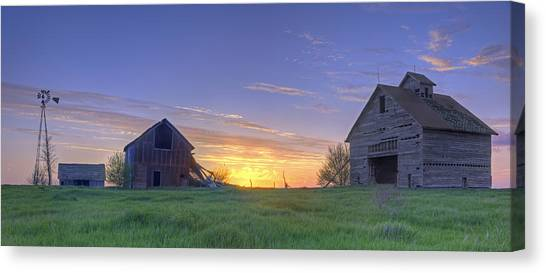 Abandoned Farmhouse And Barn At Sunset Canvas Print
