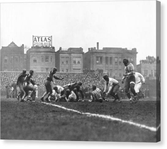 New York Giants Canvas Print - Bears Are 1933 Nfl Champions by Underwood Archives