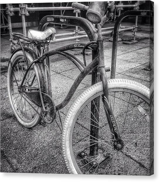 Urban Canvas Print - Locked Bike In Downtown Chicago by Paul Velgos