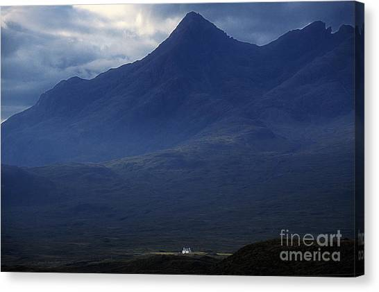 Cottage Below Sgurr Nan Gillean - Isle Of Skye Canvas Print