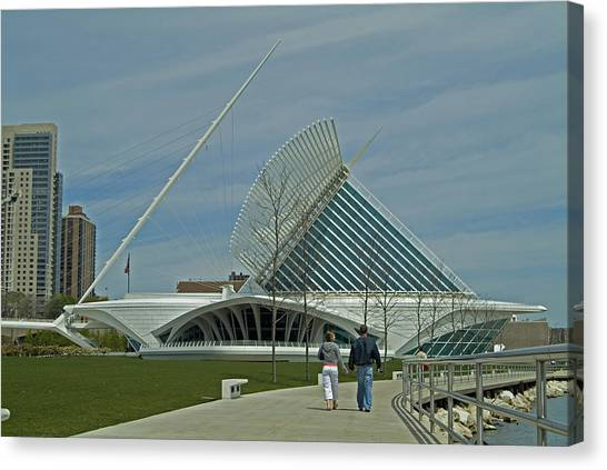 Couple In Front Of Milwaukee Art Museum Canvas Print by Devinder Sangha