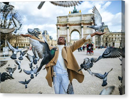 France, Paris, Happy Young Woman With Flying Pidgeons At Arc De Triomphe Canvas Print by Westend61