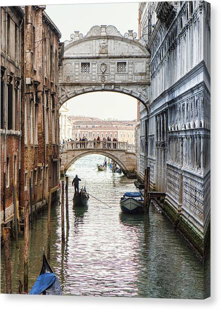 Gondolas Under Bridge Of Sighs Canvas Print by Susan Schmitz