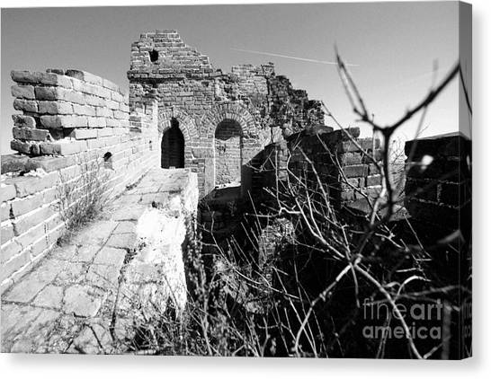 Canvas Print featuring the photograph Great Wall Ruins by Yew Kwang
