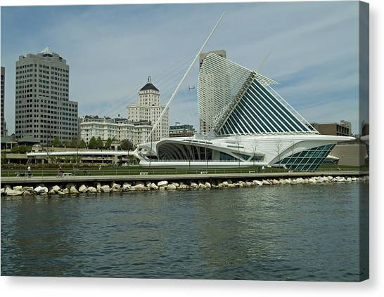 Lakeview Of Milwaukee Art Museum Canvas Print by Devinder Sangha