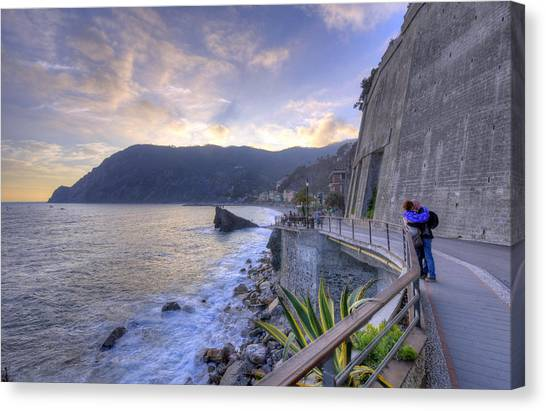 Lovers In Monterosso Canvas Print