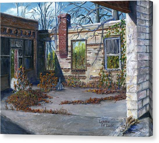 Old Building In Stonewall Louisiana  Canvas Print by Lenora  De Lude