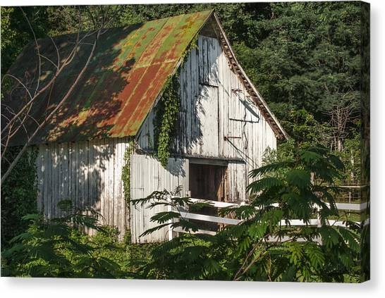 Old Whitewashed Barn In Tennessee Canvas Print